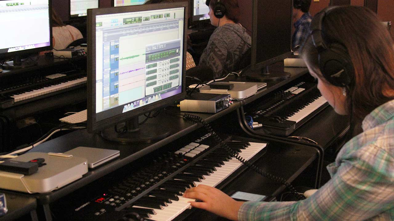 student recording piano keyboard in computer lab